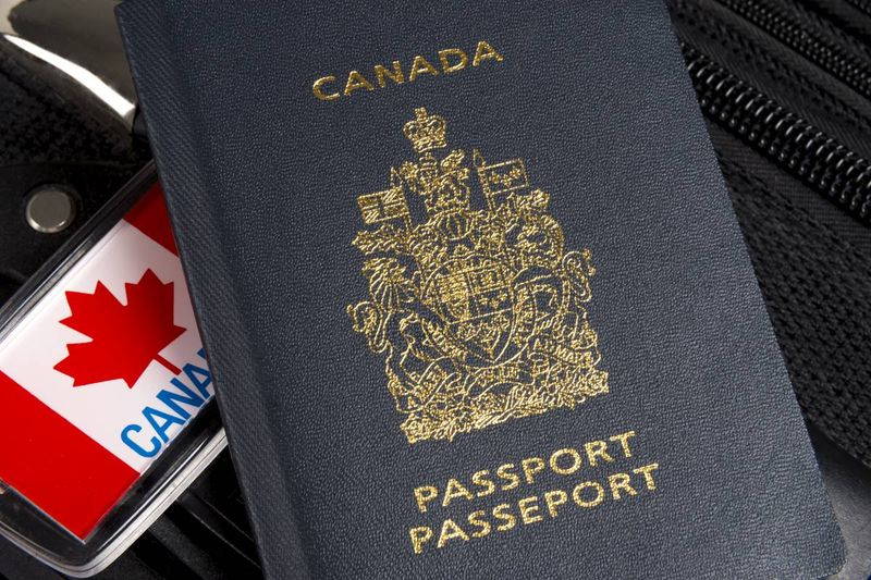 Canada passport and flag luggage tag | Move to Canada