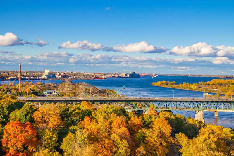 Longueuil and the Saint-Lawrence river in fall |  settle in Canada