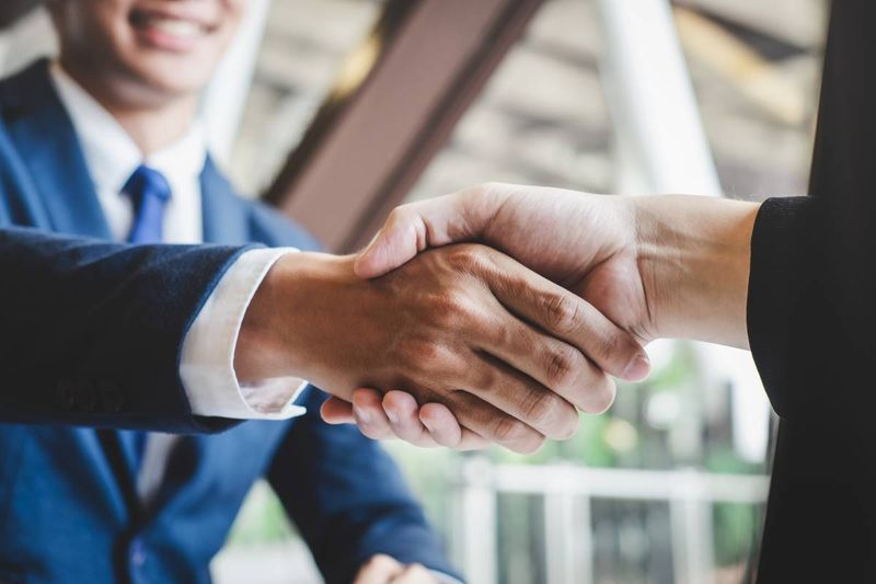 business people shaking hands | Canadian immigration agency