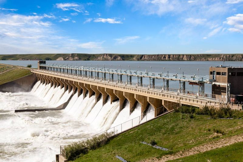 hydroelectricity dam in Alberta, Canada | business immigration to Canada